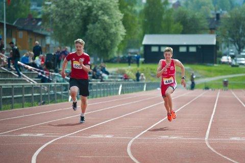 ÅRETS RASKESTE: 15 år gamle Even Elias Grannes Pedersen perset med nesten ett sekund da han løp mot seniorene på 400 meter under KM i friidrett på Guldbergaunet i helga.