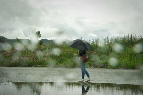 REGNVÆR: Paraplyen kan være god å ha i høstferien.