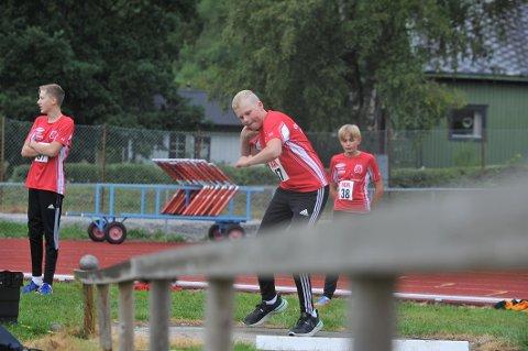 LANGE STØT: OIL-utøver Martin Lilleberre Aunet i aksjon under søndagens NA-karusell i Kleppen. Der var han blant 60 deltakere i stevnet som ble arrangert av Overhalla IL.