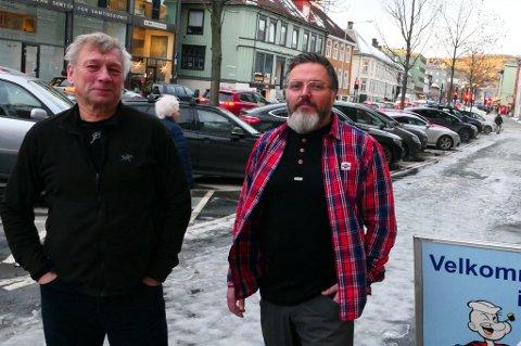 Roar Ulstad (t.v.) frykter for framtida til selskapet sitt. Butikkmedarbeider Lars Midtsand sier at man er avhengig av å kunne laste på rett utenfor døra, for ikke å miste kundene.