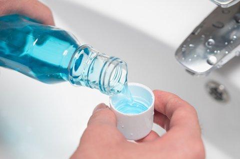 Enkelte laboratoriske studier antyder at virkestoffer i munnskyll kan ta knekken på viruset. Men det er foreløpig ukjent hvordan det vi arte seg i den virkelige verden. Det er kke noe belegg for at munnskyll kan anvendes i koronabehandling, ettersom det ikke når fram til luftveiene og lungene.