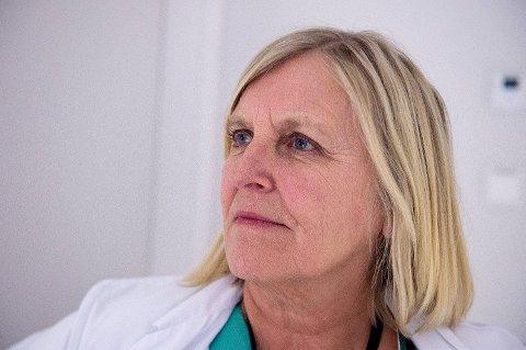 Dagrun Linchausen fra legevaktsentralen forteller at de får meldingen om folk i coronakarantene som drar på butikken og på treningssenter. Foto: Marit Hommedal (NTB scanpix)