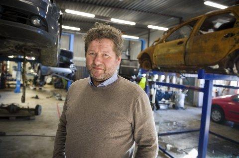 VIL VOKSE: Økonomisk kunne han og kona levd på artistkarrieren, men demontering av bil har alltid vært en viktig del av Bjarne Brøndbos liv. Nå vil han ta familiebedriften et steg videre.