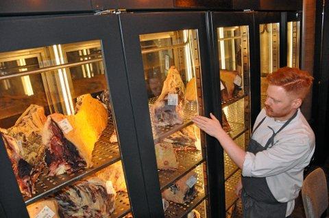 TØRRMODNING: Blant det særegne med Jonathan Grill er at du midt i restauranten kan betrakte tørrmodning av storfekjøtt fra Røros. Her er det bakterier og enzymer som jobber med kjøttet i et kontrollert miljø, fastslår kjøkkensjef Odd Ivar Jørgensen.