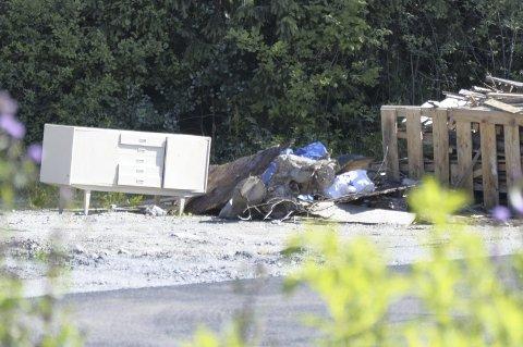 UØNSKET: Hvit skjenk dumpet i Skulleruddumpa. Typisk eksempel på uønsket søppel du kan varsle Rusken om. Foto: Nina S. Olsen
