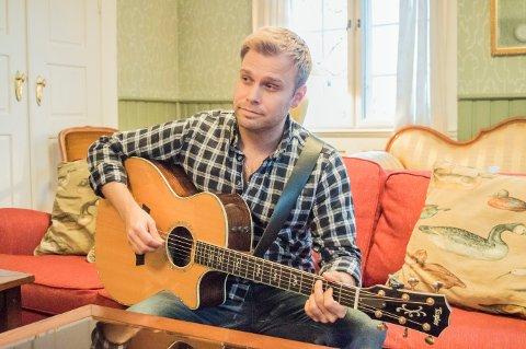 ENGASJERT: Christian Ingebrigtsen - popstjerne med beina godt plantet på abildsøjordet. Her med gitaren inne på gården.
