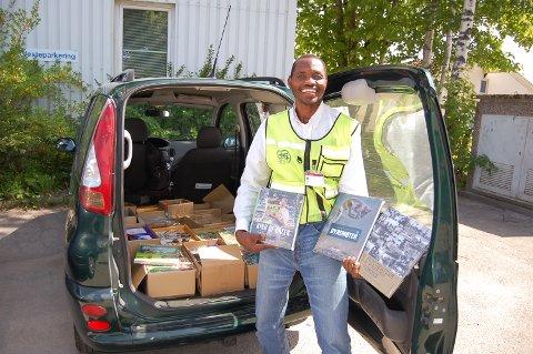 STORT UTVALG: Det er mange bøker å velge mellom når Peter Esekon kommer med bokbilen sin. Foto: Gunn Mette Kvitle