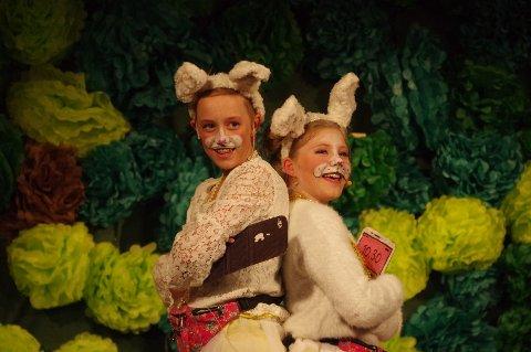De to kaninene, spilt av Emma og Mia, fant på mange ablegøyer.