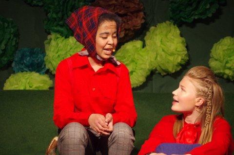 Alma og Evelyn som henholdsvis Rødhette og bestemor.