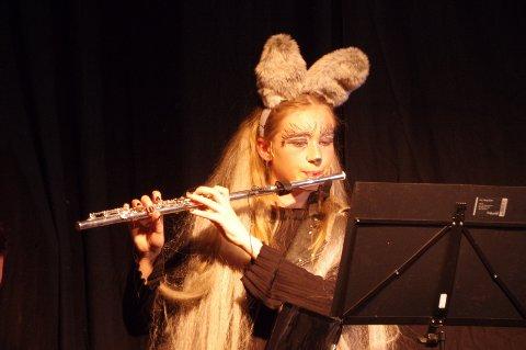 Ulven, spilt av Marie, spilte også tverrfløyte som en del av husorkesteret.