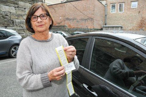 Fikk bot: Kari Lise Holmberg fikk bot mens hun betalte for parkeringen ved Sykehuset Telemark i Skien. Parkeringsselskapet har beklaget og opphevet boten.