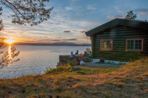 På Bestemorstua kan du nyte lyden av bølgeskvulp og måkeskrik i følge med en romantisk solnedgang.
