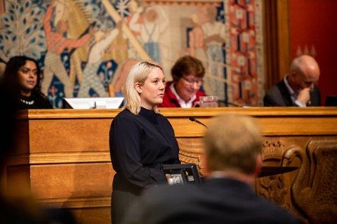 RÅDHUSET: Aina Stenersen på talerstolen i Oslo rådhus, der det i dag skal være høring.