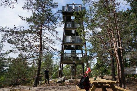 FØR ÅPNING: Grønlitårnet var sperret av før åpningen i fjor. Nå tar enkelte til orde for at det må stenges igjen på grunn av koronasmittefaren.