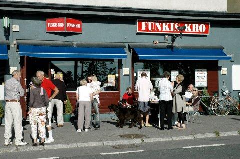 2008: Bildet er tatt under støttekonserten sommeren 2008, like før Funkis ble stengt. Mange møtte opp for å slå ring rundt den tradisjonsrike bydelskroa. Trykk på pilen for å se flere bilder. Arkivfoto: Nina Schyberg Olsen