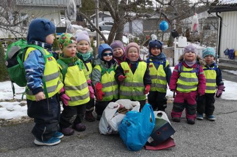 En blid gjeng fra avdelingene Knerten og Røverne returnerte tilbake til barnehagen med dagens fangst.