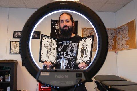 "EGET STUDIO: Ivan Mendizabal (32) har åpnet ""I Marka tattoo studio"" på Siggerud, der han bor sammen med kona Elza Baumgarten og datteren Eris (2,5 år)."