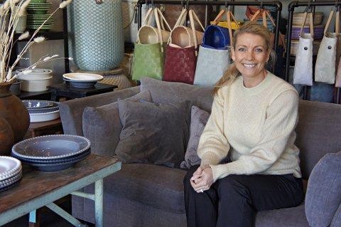 Linn Holthe driver Holli Brands som har showroom i Munkerudkleiva. Hun har agentur på fem interiørmerker som hun selger til butikker over hele landet.
