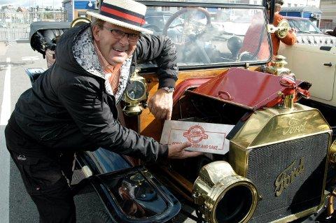 Harald Fadum er blant annet kjent for sin veteranbil og at han ved festlige anledninger bruker motorvarmen til å varme pølser eller bakervarer. Arkivfoto: Arne Vidar Jenssen