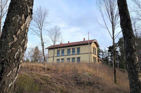 Store Ljan gård ligger på en liten høyde, med adresse Herregårdsveien 38.
