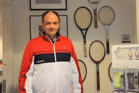 Christian Bevolden Andersen eier Mastersport på Karlsrud. Tennisracketene i bakgrunnen er tidligere eid av kjente spillere. Den røde nest nederst har vært i Björn Borgs eie.