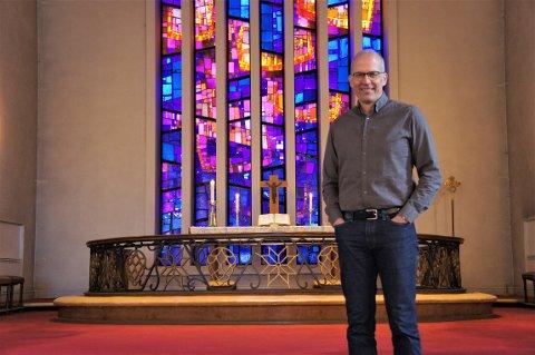 Sigmund Akselsen fikk jobben som prost i Søndre Aker. Han kommer fra jobben som sogneprest i Grefsen Kirke, hvor også bildet er tatt.