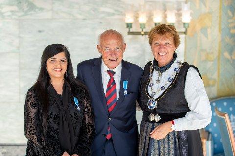 ÅRETS VINNERE: Ordfører Marianne Borgen delte ut St. Hallvard-medaljen til Nasreen Begum og Knut «Kuppern» Johannesen tirsdag.