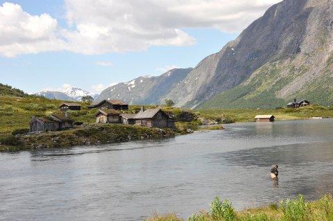 Gjendeosen: Gjendegarden ligg på andre sida av Gjendeosen. Dette er to hytter som Vågå kommune overtok i 1974 og fram til i dag har vore disponert av tilsette og folkevalde.