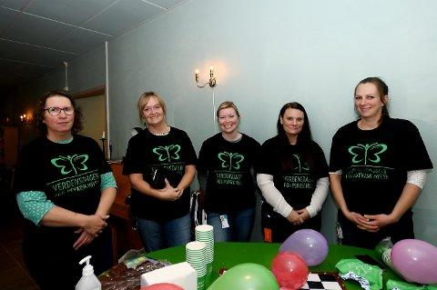 Anne Marie Nesset, Sigri Dahl, Lene Skaugen, Merethe Kveen og Yvonne Hjelde Bråten markerte Verdensdagen for psykisk helse med å stå på stand på Aktivitetshuset.
