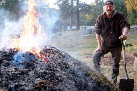 Arne Bergum (56) frå Otta arbeider som lærar ved Hjerleid på Dovre. Skulen der han sjølv var elev for 40 år sidan. Starten på den nye epoken var brenning av tjæremile. Her legg han på lyngtorv for å halde ein stabil temperatur.