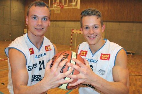 BRØDRE BIDRAR: Brødrene Audun (t.v) og Odin Bangsund (t.h) fikk slippe til i Tromsø Storms åpningshelg. Klubben lar flere unggutter få spilletid.