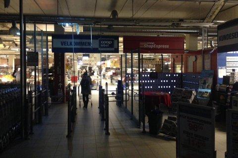 MISTET STRØMMEN: Jekta-senteret i Tromsø var uten strøm - bortsett fra Coop Obs, som tilsynelatende har eget aggregat. Kjøpesenteret ble senere evakuert, forteller vitner. Foto: Nordlys-tipser