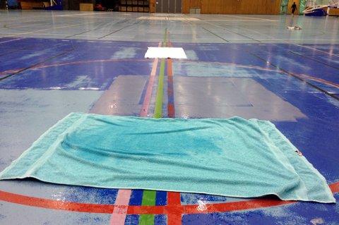 Tromsøhallen mandag 12. oktober, når friidrettsmiljøet i byen skal trene. Hånddukene som er lagt ut klarer ikke å fange opp all dryppingen fra taket, som gjør underlaget i Tromsøs storstue glatt og farlig.