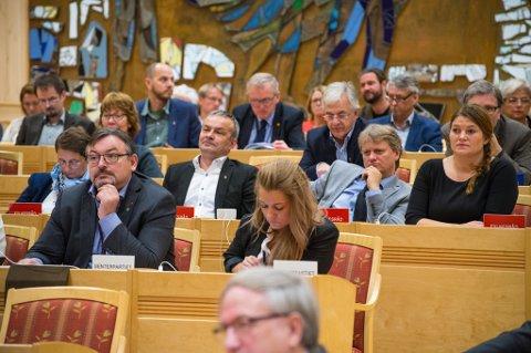 NY FYLKESREGJERING: Det nye fylkestinget ble konstituert tirsdag. Mi8dt i salen sitter det nye fylkesrådet med leder Cecilie Myrseth (til høyre), Ivar B. Prestbakmo, Willy Ørnebakk og Gerd H. Kristiansen.