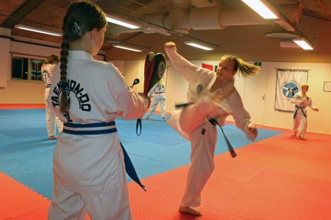 Elise Elvevoll (t.v) og Astrid Elvevoll (t.h) trener i Tromsø Taekwon-do-klubb.