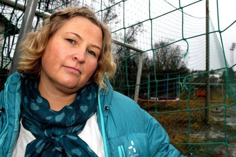 Britt Leandersen og Troms Fotballkrets arrangerer en paneldebatt for å kunne heve kulturen for jente- og kvinnefotball i Tromsø. Der ønsker hun å ta opp noen tøffe spørsmål om en kultur hun er redd for at det kan ta lang tid å snu.