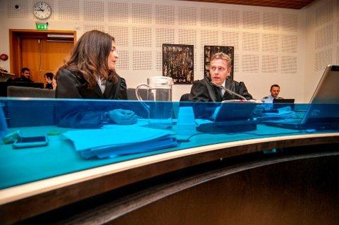 ÅTTE ÅR: Statsadvokat Torstein Lindquister, aktor i straffesaken mot trebarnsfaren, krever åtte års forsvaring for mannen. Her sammen med bistandsadvokat Cecilie Drechsler.