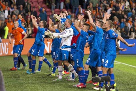 Islandsle spillere feiret at den historiske EM-plassen i fotball var sikret etter å ha slått Nederland på bortebane i EM-kvaliken.