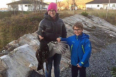 FORSKREKKET: Christine Steinsund og sønnen Balder Henriksen (9) var begge forskrekket over at den store fuglen hadde kræsjet i veggen deres. Foto: Privat