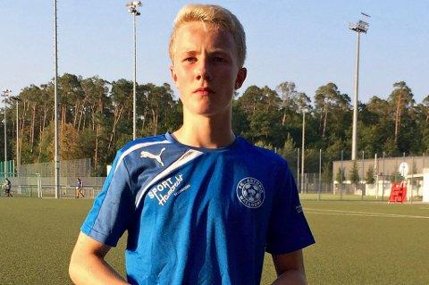 Tromsøgutten Hallvard Romsaas (13) i FC Astoria Waldorf, der han etter tre måneder fortsatt venter på klarering for å kunne spille kamper.