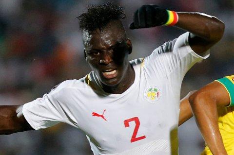Kara Mbodj i aksjon for landslaget til Senegal. TIL mottar i år bare en delbetaling av de 2,85 millioner kronene de har krav på for videresalget fra Genk til Anderlecht.
