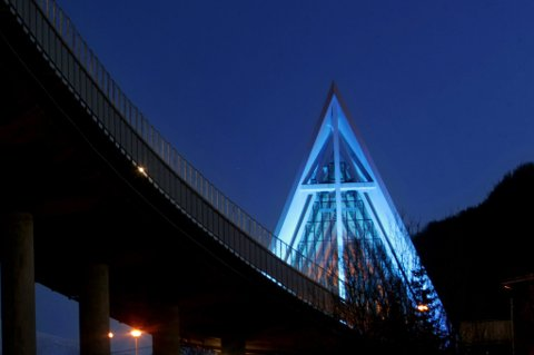 Ishavskatedralen lyssatt i blått, for å markere Verdens Dioabetesdag.