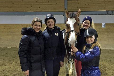 HILSTE: Märtha Louise fikk hilse på ponnien med navnet Kongen av Danmark, og fikk omvisning på anlegget. Her sammen med Kongen av Danmark og jenter fra rideklubben. Foto: Cecilie Drechsler.