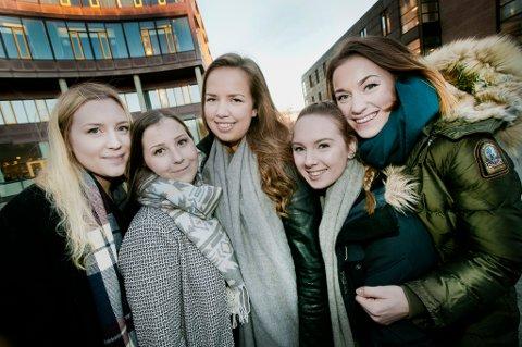 STUDENTER: Martine Hembre, Heidi Hansen, Kjærsti Marthinsen, Maria Olsen og Kristine Revang tror høye boligpriser i Tromsø gjør at mange unge velger å etablere seg et annet sted.