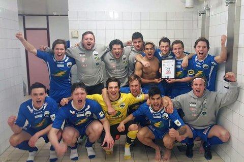 DERBYSEIER: Vesterålen-spillerne jubler etter å ha ydmyket erkerival Nordpolen i eliteserien i futsal.