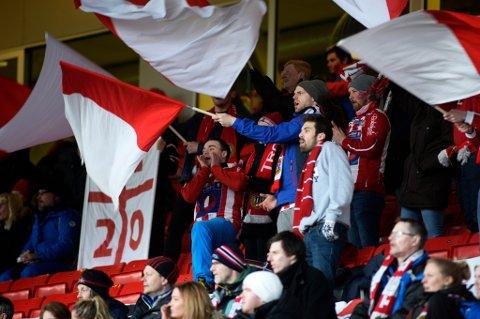 Forza Tromsø på Alfheim under hjemmekampen mot Lillestrøm i år. Etter tre sesonger velger det ferske supportertilskuddet til TIL å legge ned virksomheten på grunn av det de mener er mangel på støtte fra klubben og for høye sesongkortpriser til å kunne lokke til seg nye medlemmer.