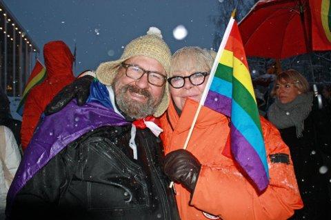 I PARADEN: Ingrid Evertsen støtter Arctic Pride, og deltok i paraden lørdag sammen med skuespiller Anders Rogg - kjent fra Pelle Parafins Bøljeband. - I dag e æ også homo, fastslo Evertsen.