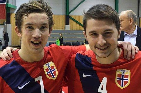 Steffen Skogvang Pedersen (t.v.) sammen med Jonathan Barlow etter lørdagens kamp mot Sverige. Skogvang Pedersen scoret Norges andre mål i 2-2-kampen.