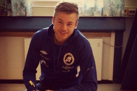 Fredrik Bakkelund - keeper på FK Senja - har forlenget avtalen med klubben med ett år.