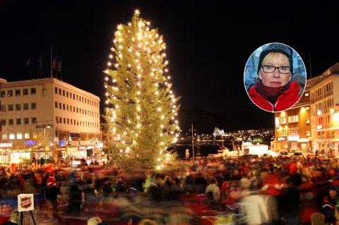 SKUFFET: Kristine Larsen (innfelt) mener julegrantenningen aldri burde flyttes fra første søndag i advent.